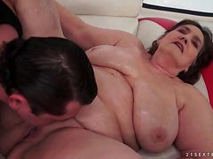 Old BBW fucked in her bald pussy