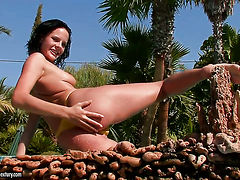 Teen Liz rubs her pussy the way she loves it